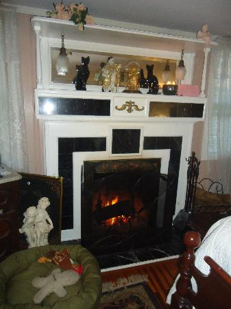 Captain Grant's, 1754: Fireplace in our room (Margaret Suite)
