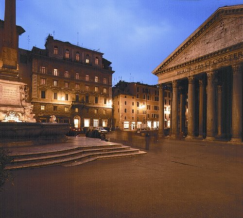 Albergo del Senato: the pantheon