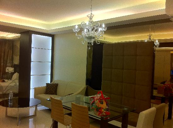 Damas Suites and Residences: Dining and sofa.