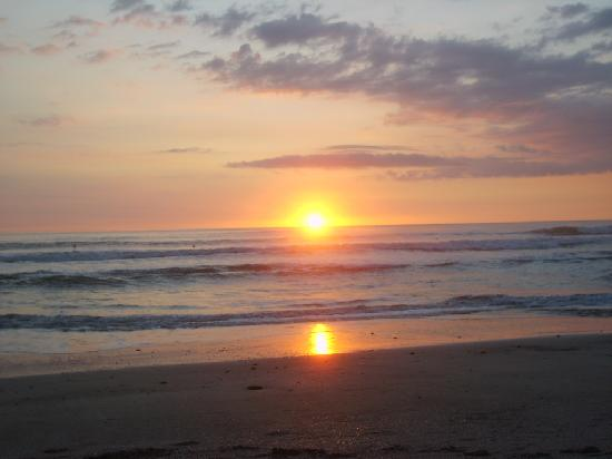Rumbo Surf Lodge: Sunset, 60 seconds walk from your apartment to the beach.