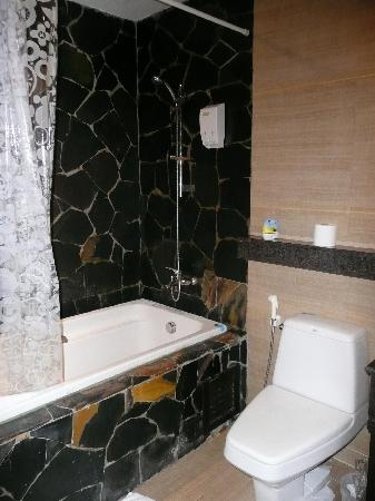 Baan Sukhumvit Inn Soi 18: The Bathroom