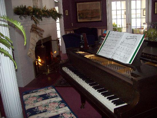 Riverside Inn Bed and Breakfast: Living area decorated for the holidays!