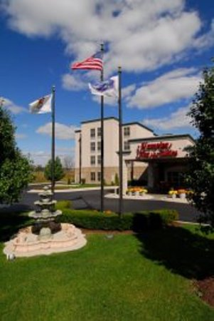 Hampton Inn and Suites Chicago / Aurora: Enjoy 127 elegant rooms and suites at the Hampton Inn & Suites hotel Aurora