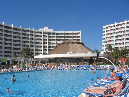 Piscine picture of golden shores crown paradise cancun for Club piscine montreal locations