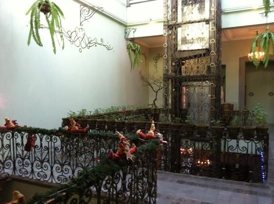 Hotel Puebla de Antano: Classic elevator from 2nd level
