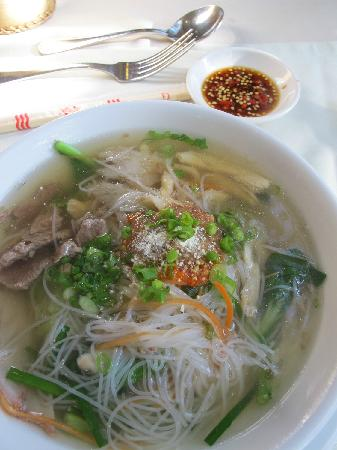 Somadevi Angkor Hotel : Khmer noodle soup during breakfast