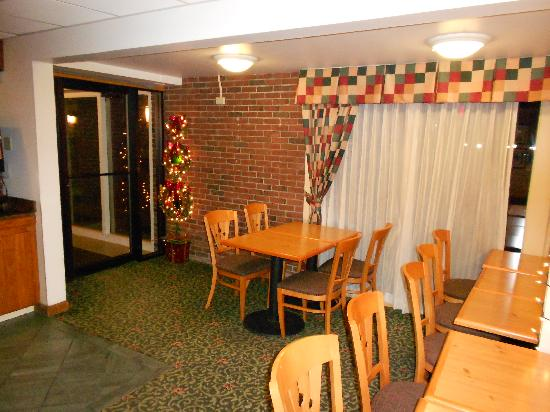 Red Roof Inn Rutland - Killington: meeting area.. time for christmas