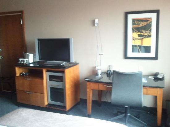 Hilton Baltimore BWI Airport: Desk and TV