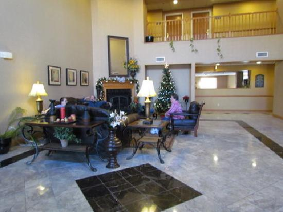 Comfort Suites Airport: lobby,also fresh cookies