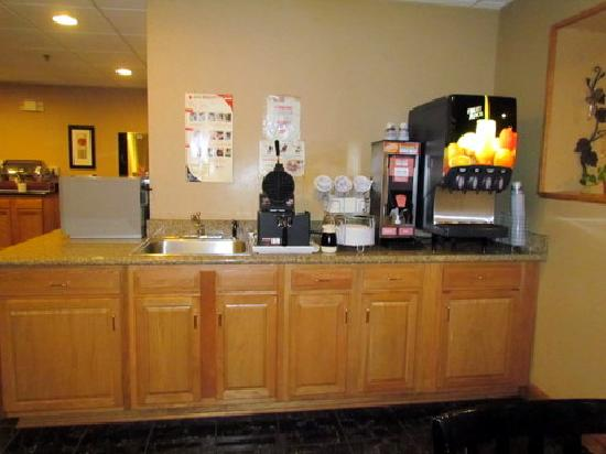 Comfort Suites Airport: another part of food area