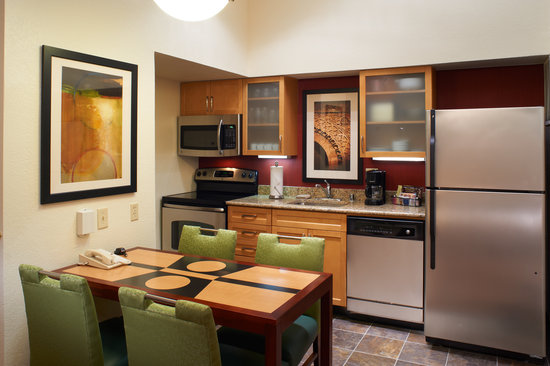 Residence Inn Chicago Deerfield: Fully equipped kitchen in each suite