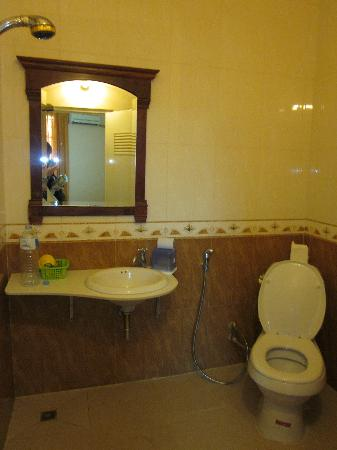 Asia Hotel: Bathroom.
