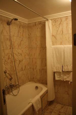 Hotel Manos Stephanie: Bathroom photo 2