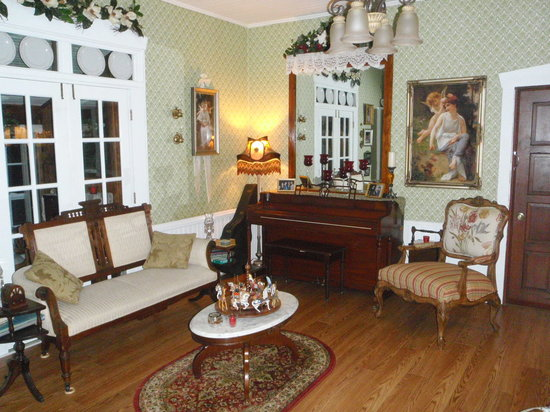 Christopher&#39;s Inn: Inside Home