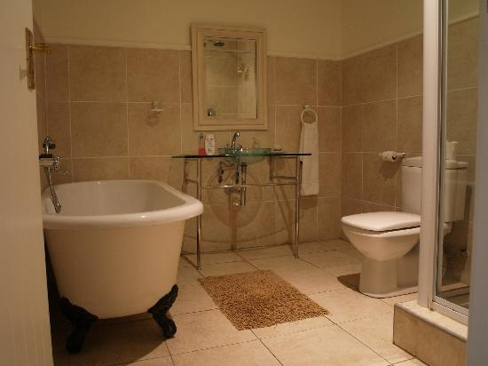 Victoria and Alfred Guest House: And the bathroom as well