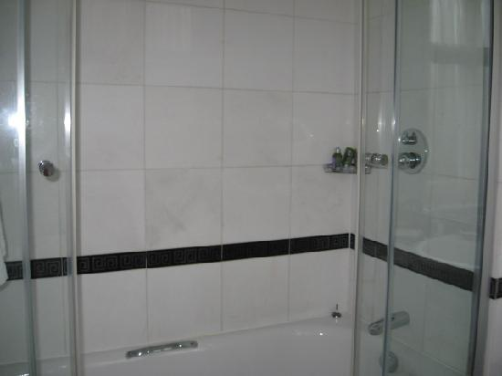 Buckingham Hotel: Shower is kept clean