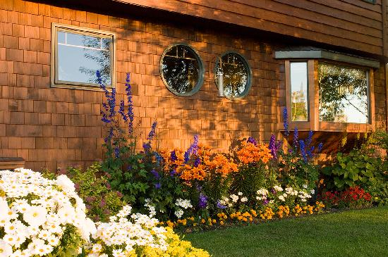 Parkside Guest House: Gorgeous flowers thrive around the Guest House in the long Alaskan days.
