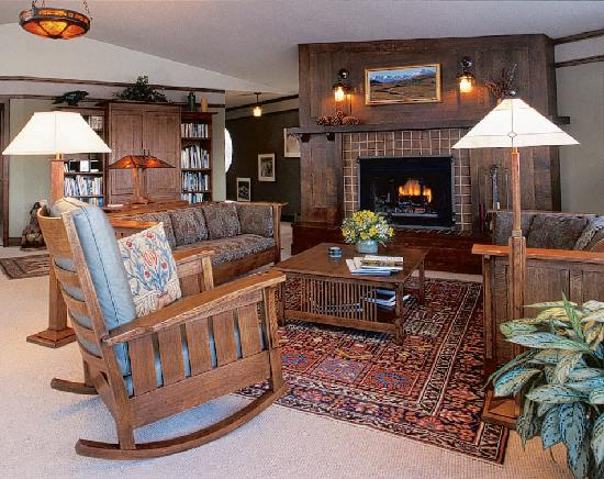 Parkside Guest House: The spacious living room offers views to both Cook Inlet and the Chugach Mountains.