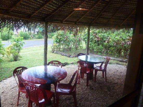 Atiu Guesthouse: patio area is very nice