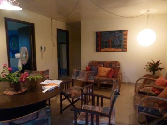 Atiu Guesthouse: very comfortable living and dining area