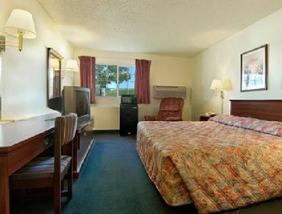 Super 8 Kansas City/Worlds of Fun: Guest room with modern amenities