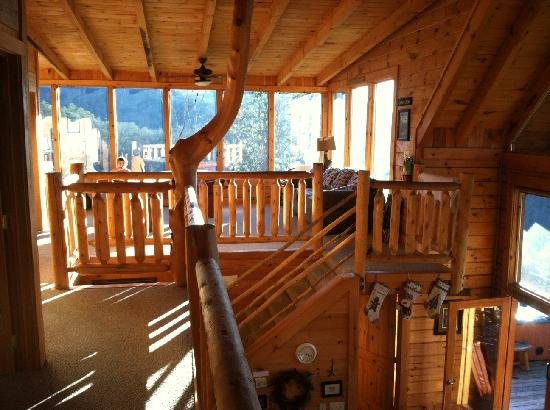 Brother s Cove Log Cabin Resort: Upper level area with pool table