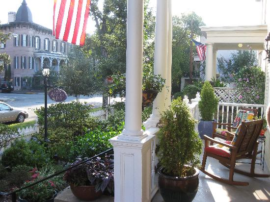 Azalea Inn & Gardens: Beautiful porch!