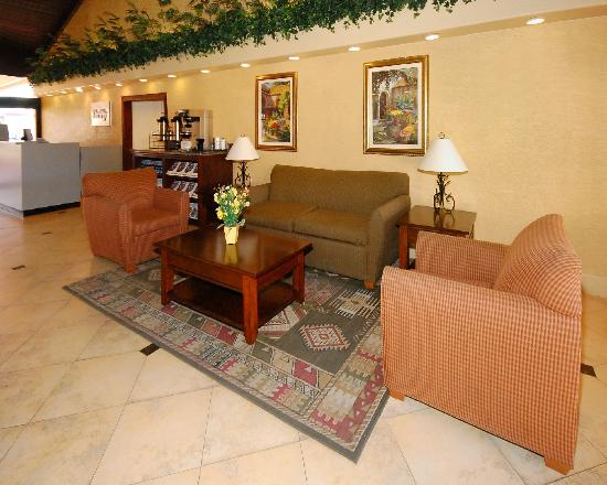 Quality Inn & Suites Goodyear: Sitting area in lobby
