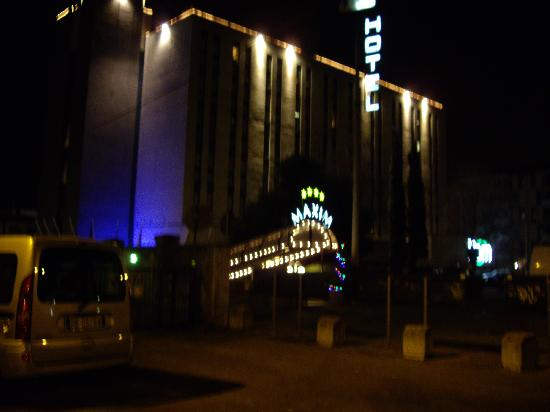 Maxim Hotel: Outside the hotel at night 2