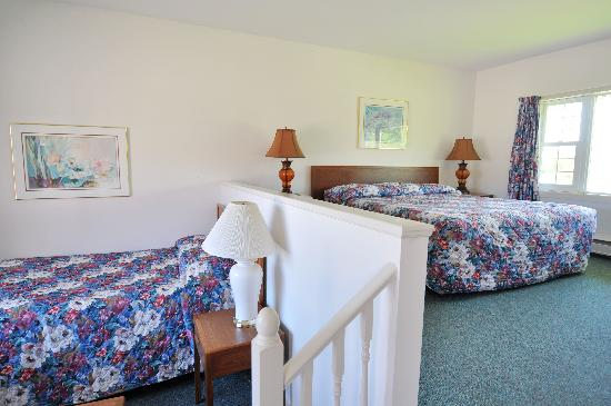 Coastal Inn Antigonish: Family Room - 1 King &amp; 1 Double Bed