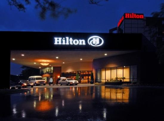 Hilton Indianapolis North: Night Outside