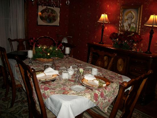 Oscar H. Hanson House Bed & Breakfast: Table set for breakfast the next morning (at our request). Bfast is normally brought to your roo