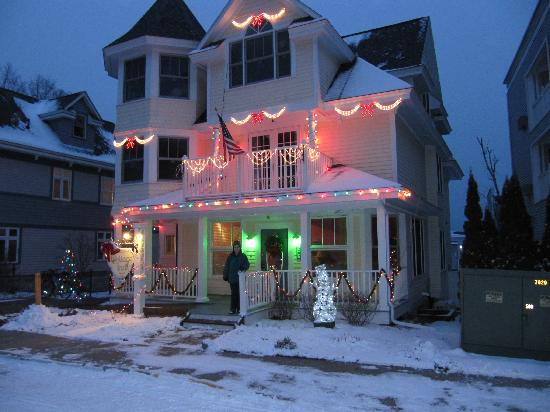 Cottage Inn of Mackinac Island: All decorated for Christmas!