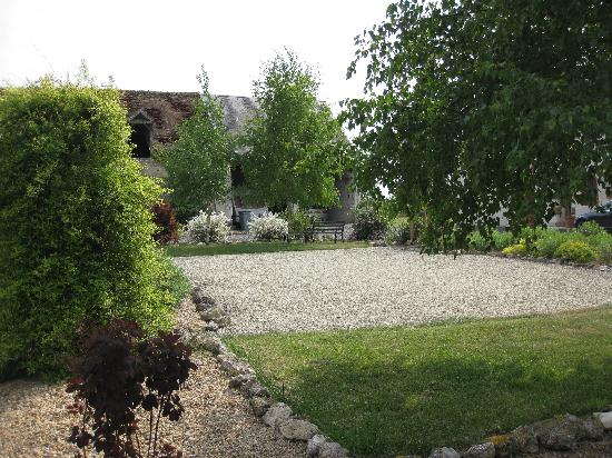 Cussay, Prancis: Across the courtyard and boules court