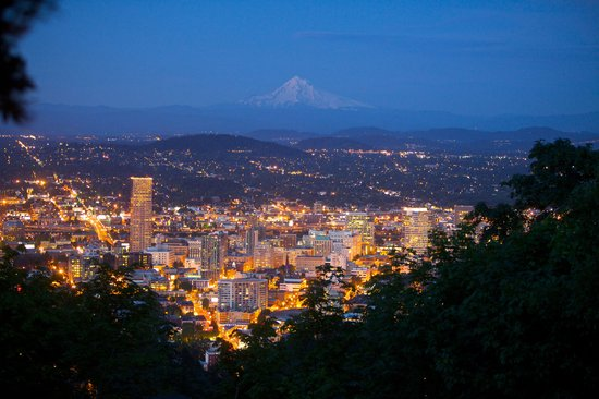 Портленд, Орегон: Downtown Portland and Mt. Hood at dusk