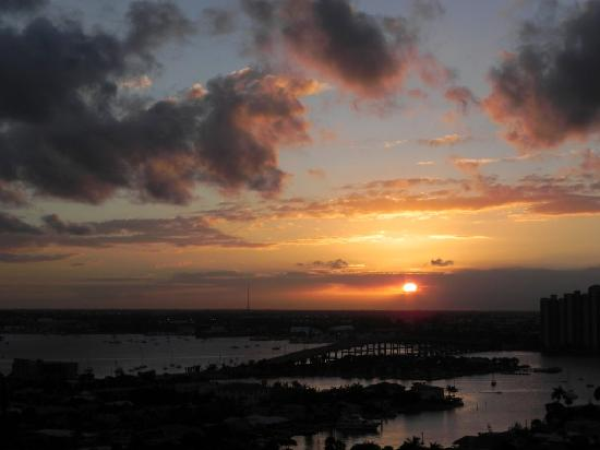 Riviera Beach, FL: Sunset from the balcony
