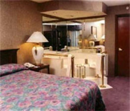 Econo Lodge Lebanon: Room with Hot tub