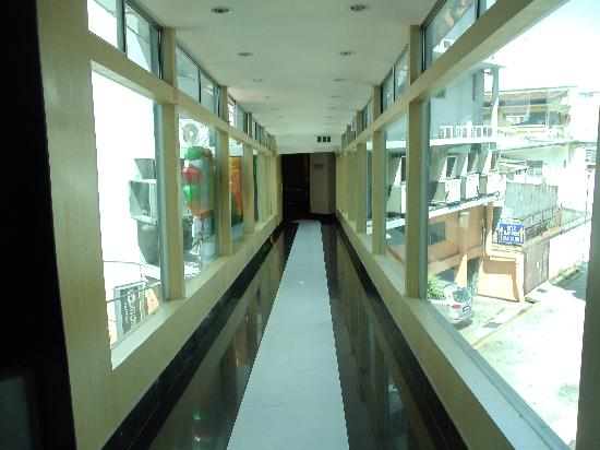 Ritz Garden Hotel: The walkway between the two buildings.