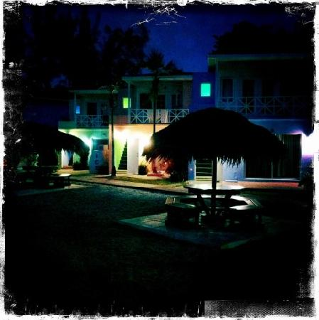 Coral Harbour Beach House and Villas: Night picture of the rooms