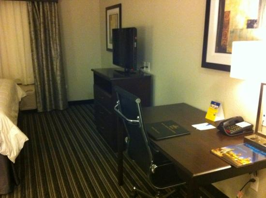 ‪‪BEST WESTERN PLUS Austin Airport Inn & Suites‬: TV and desk‬