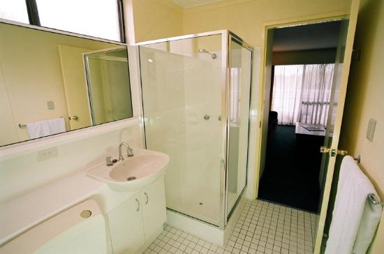 Mt Ommaney Hotel Apartments: BathRoom
