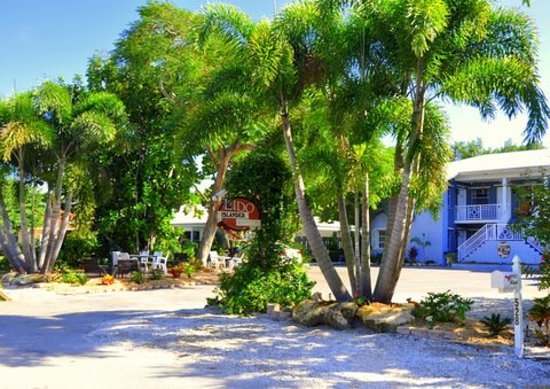 Lido Islander Inn and Suites: Milllion dollar location 1 block to beach and 3 blocks to St. Armands Circle, for shopping and d