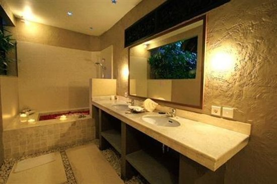 The Villas Bali Hotel & Spa: Brbathroom