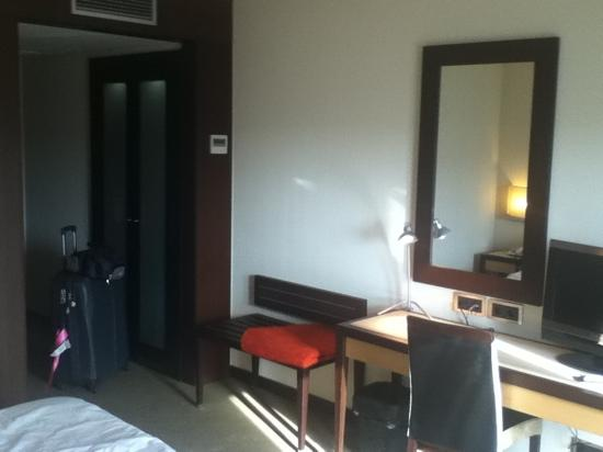 Lux Fatima Hotel: Room entrance, cabinet and desks