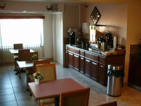 Guesthouse Inn & Suites: EATINGAREA