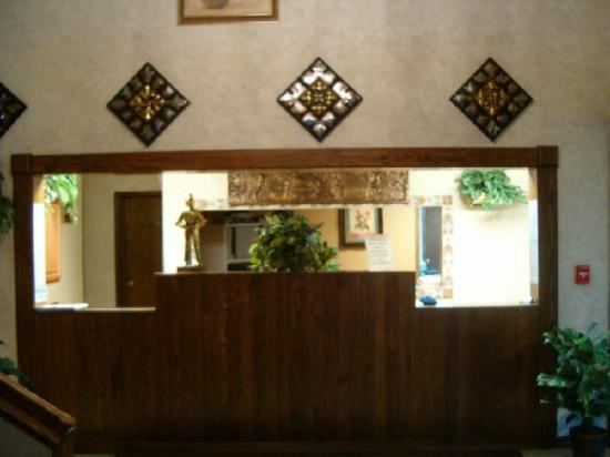 Guesthouse Inn &amp; Suites: FRONTDESK