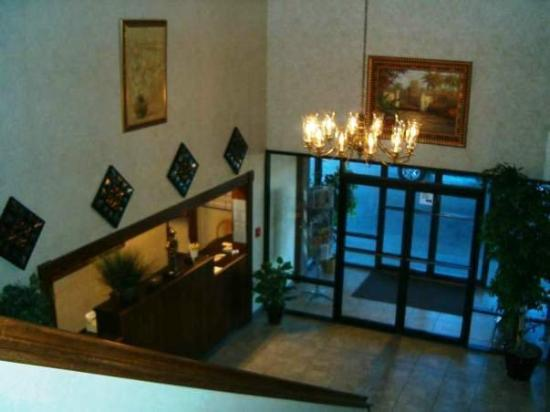 Guesthouse Inn &amp; Suites: LOBBY