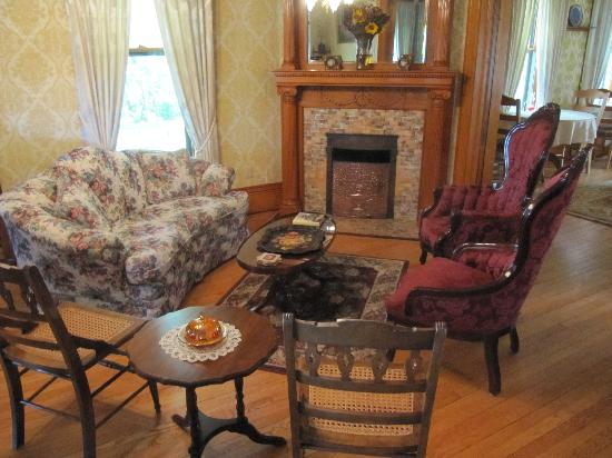 Victorian Dreams Bed and Breakfast: Sitting area
