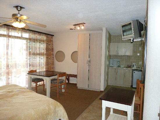 Beach Lodge Swakopmund: Room with kitchen and dining area