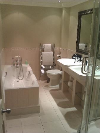 The Commercial Bar & Hotel: Bathroom in Keats